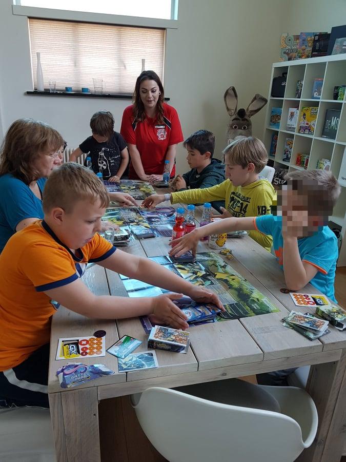 kinderen die pokemon trading card game spelen