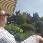 vrouw zit buiten in de zon