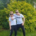 twee jongens in de tuin met gabbiano kleding