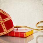De mijter, staf en het boek van Sinterklaas