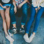 Drie pubers met lange benen
