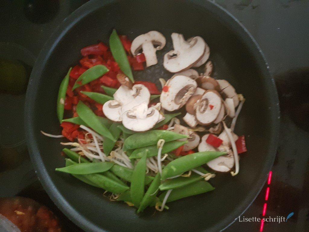 een pan met champignons, sugar snaps, taugé en paprika Lisette Schrijft