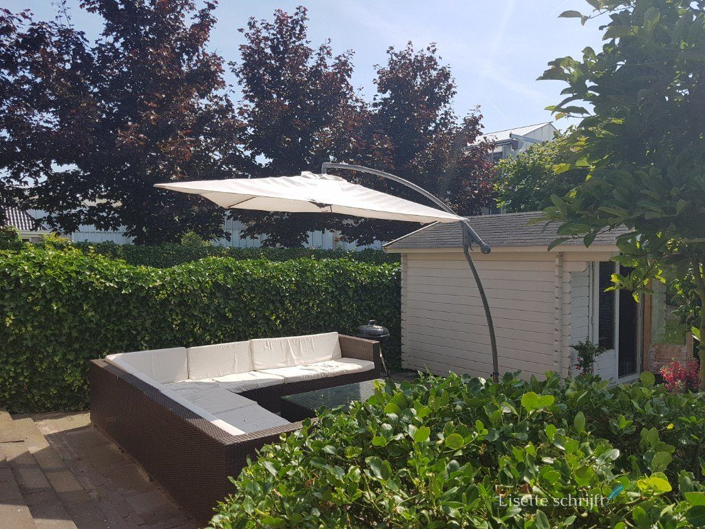 een loungeset met een mooie parasol voor een staycation