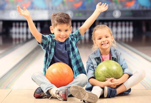 kinderen die gaan bowlen
