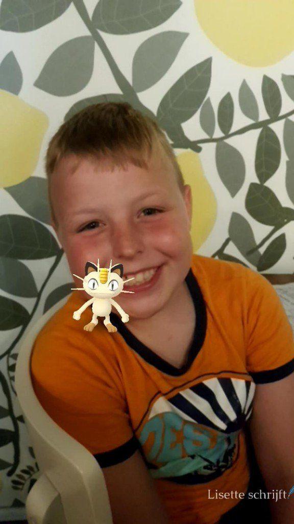 Kind met een pokémon op zijn schouder