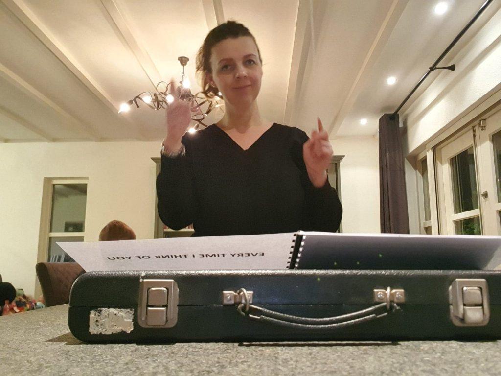 oefenen voor Liora's Maestro bij het aanrecht